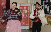 Po prawej stronie zdjęcia kobieta ze skrzypcami.polewej