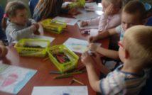 zdjęcia przedstawia dzieci w wieku przedszkolnym w trakcie prac plastycznych