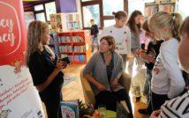 w centralnej części zdjęcia autorka rozdająca autografy. w tle oddział dla dzieci