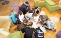 dzieci malują mapę