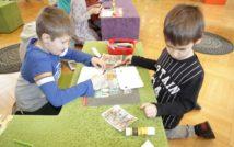 dwóch chłopców maluje