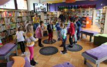 bawiące się dzieci w Oddziale dla Dzieci i Młodzieży. z nimi dwie kobiety