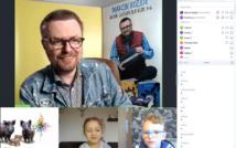 screen przedstawia uśmiechniętego mężczyznę w okularach w koszuli w kratę i kurtce dżinsowej, trzyma w ręce 3 książki.na dole ilustracja z narysowanymi 4 dzikami, potem chłopiec w okularach, następnie uśmiechnięta dziewczynka