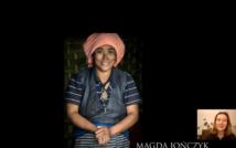 Uśmiechnięta kobieta w turbanie. W prawym dolnym rogu kobieta, która mówi. Niżej napis: Magda Jończyk. Poniżej napis: Photography.