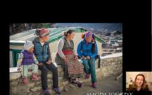 Cztery osoby siedzące na murze. Za nimi domy i góry. W prawym dolnym rogu kobieta, która mówi. Niżej napis: Magda Jończyk. Poniżej napis: Photography.