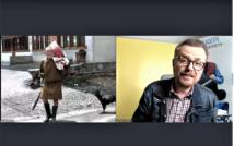 Prawa strona screenu starszy mężczyzna z parasolem.po lewej stronie mężczyzna w okularach, w koszuli w kratę ni kurtce dżinsowej