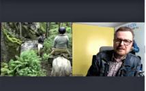 prawa strona screenu zdjęcie kilku osób na koniach w lesie.po lewej stronie mężczyzna w okularach, w koszuli w kratę ni kurtce dżinsowej