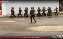 screen przedstawia zdjęcie 8 par idących żołnierskim krokiem.w tle ściana budynku.