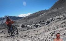 kamienista droga prowadząca na szczyt wulkanu, z lewej strony jadący pod górę rowerzysta