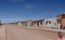 miasteczko w Chile, parterowe budynki wzdłuż piaszczystej drogi