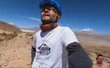 podróżnik na tle pustynnych szczytów