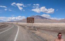 asfaltowa droga przez pustynię w Chile, w centalnym planie tabica drogowa