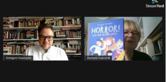 """po lewej stronie mężczyzna w okularach.za nim książki na regałach.po prawej stronie kobieta w okularach trzymająca książkę pt. """"Horror"""". za nią książki na regałach"""