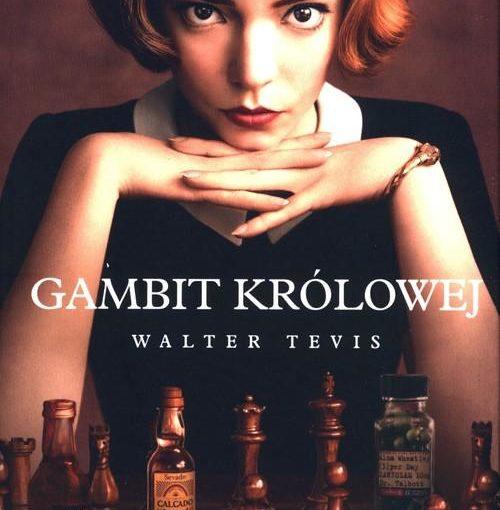 okładka książki, kobieta oparta brodą o swe splecione ręce, siedząca nad partyjką szachów, zamiast niektórych pionków małe butelki alkoholu i zioła