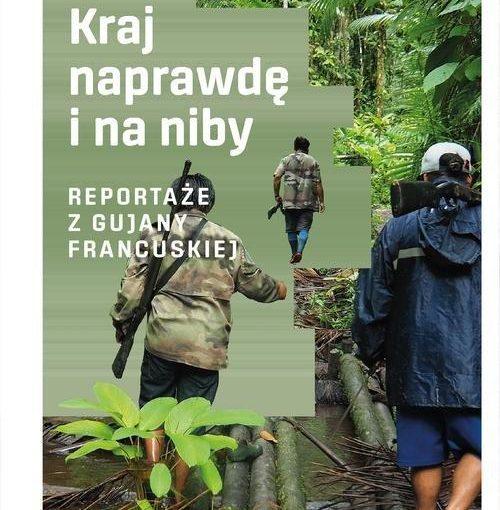okładka książki,trzech mężczyzn z bronią przeprawiających się przez dżunglę, od góry z lewej strony napis: Tomasz Owsiany, Kraj naprawdę i na niby ; reportaże z Gujany Francuskiej