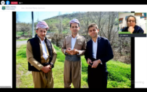 Trzej młodzi mężczyźni, stoją na świeżym powietrzu, dwóch ma turbany na głowach. W prawym górnym rogu podróżniczka opowiada o swojej podróży do Iranu i Iraku.