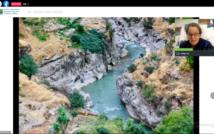 Rzeka płynie wśród skał. W górnym prawym rogu podróżniczka opowiada o Iraku i Iranie.