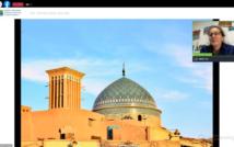Świątynia muzułmańska. W górnym prawym rogu podróżniczka opowiada o Iraku i Iranie.