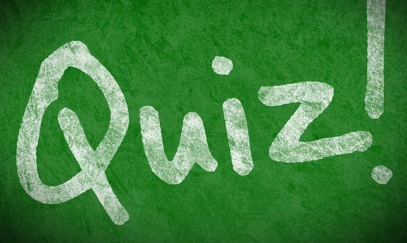 Na plakacie biały napis QIUZ! na zielonym tle