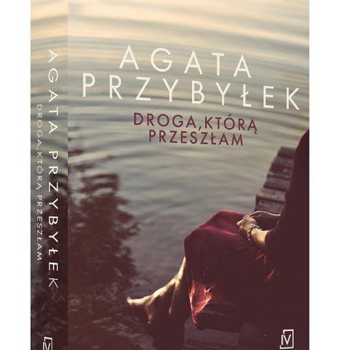 okładka książki, kobieta siedząca na pomoście nad wodą, od góry napis: Agata Przybyłek, Droga, którą przeszłam