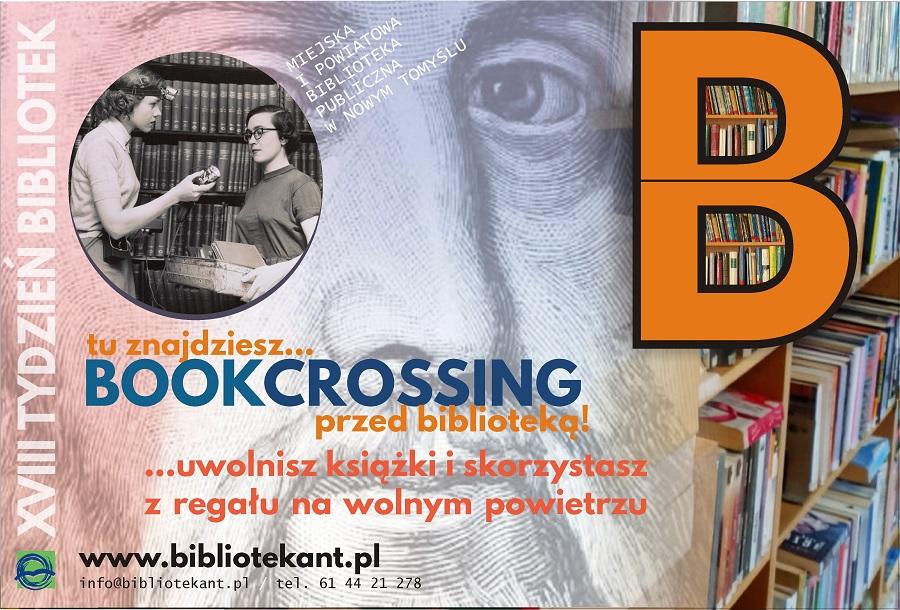 Plansza informująca o ustawieniu przed biblioteką półki bookcrossingowej, z prawej strony grafika półki w kształcie litery B, w tle regały z książkami i fragment plakatu z tygodnia bibliotek