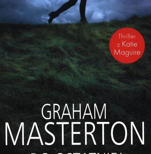 okładka książki, trawa i zachmurzone niebo, u góry postać biegnącej dziewczyny widocznej od ramion w dół, poniżej napis: Graham Masterton, Do ostatniej kropli krwi