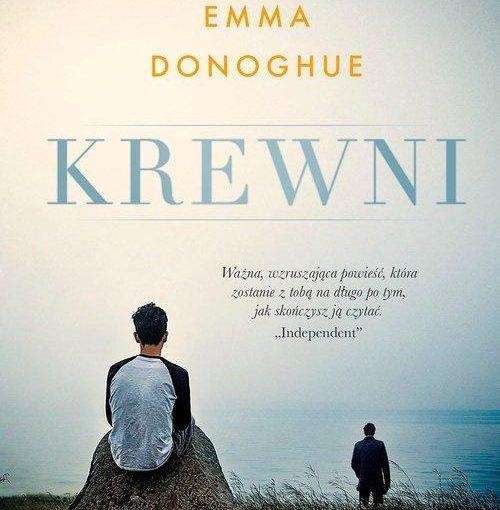 """okładka książki, łąka, duży głaz na którym siedzi chłopiec i rozciągające się jezioro przy którym stoi mężczyzna, od góry napis: Najnowsza powieść autorki bestsellerowego Pokoju, Emma Donoghue, krewni, Ważna, wzruszająca powieść, która zostanie z tobą na długo po tym, jak skończysz ją czytać. """"Independent"""""""