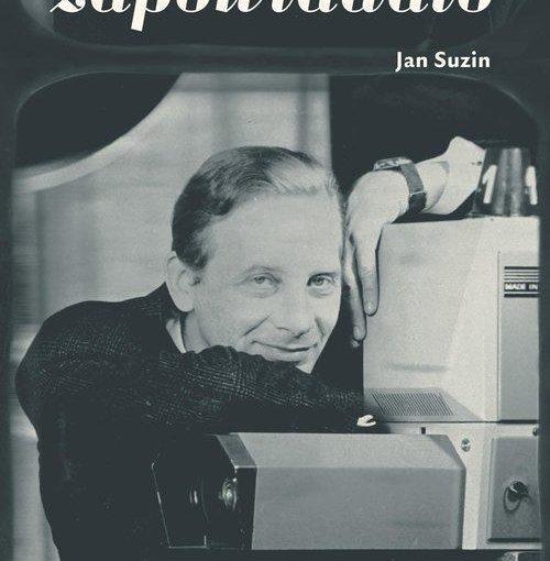 okładka książki, mężczyzna oparty o dużą stojącą kamerę telewizyjną, od góry napis: Nieźle się zapowiadało, poniżej małym drukiem Jan Suzin