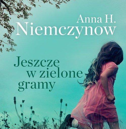 okładka książki, biegnąca dziewczynka po łące, na której kwitną polne kwiaty, od góry napis: Anna H. Niemczynow, Jeszcze w zielone gramy