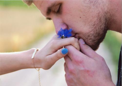 Kwiat na dłoni. Autorka: Marika Krzyżańska